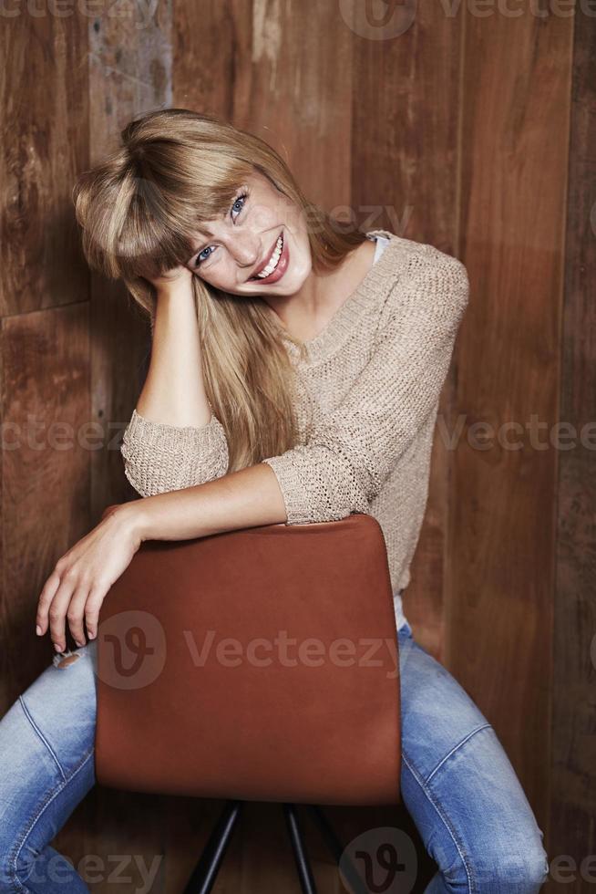 mulher linda na cadeira foto