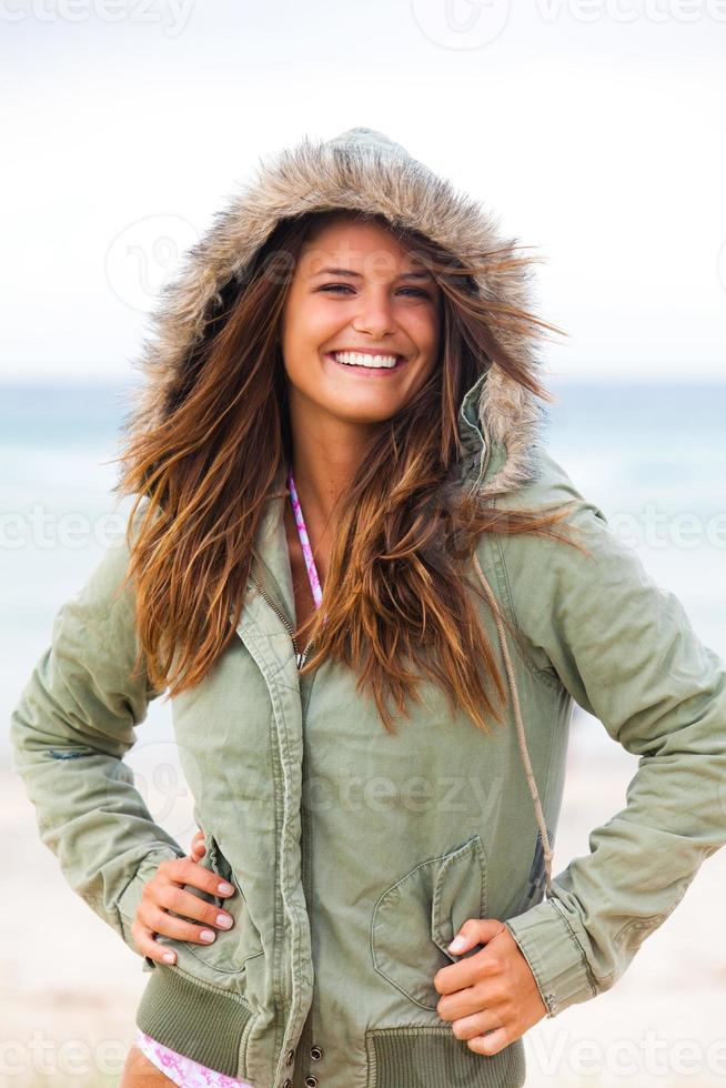 jovem atraente vestindo um casaco foto