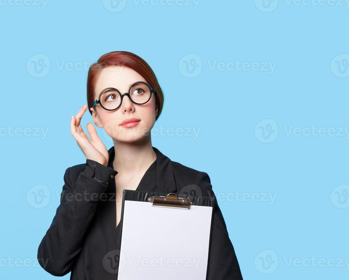 retrato de mulheres de negócios pensantes de óculos foto