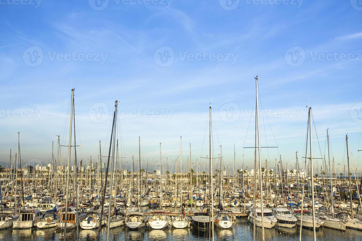 marina de iates. porto de veleiros. férias de verão, estilo de vida luxuoso. foto