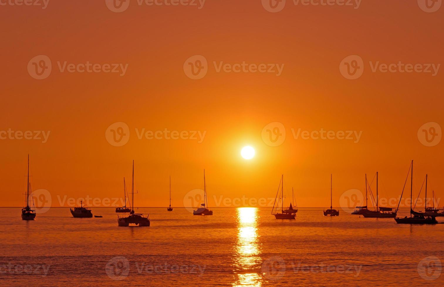 pôr do sol com barco em phuket, tailândia foto