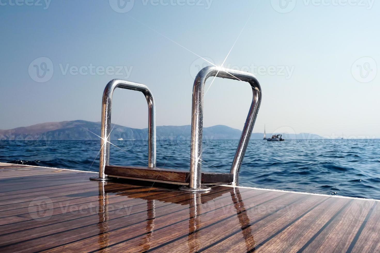 escada de um iate à vela para o mar foto