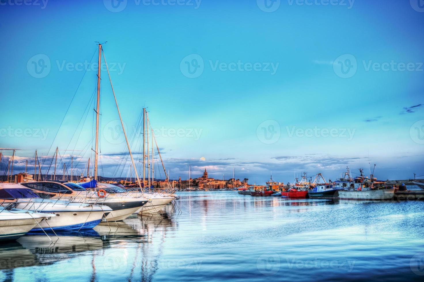 barcos no porto de alghero em HDR foto