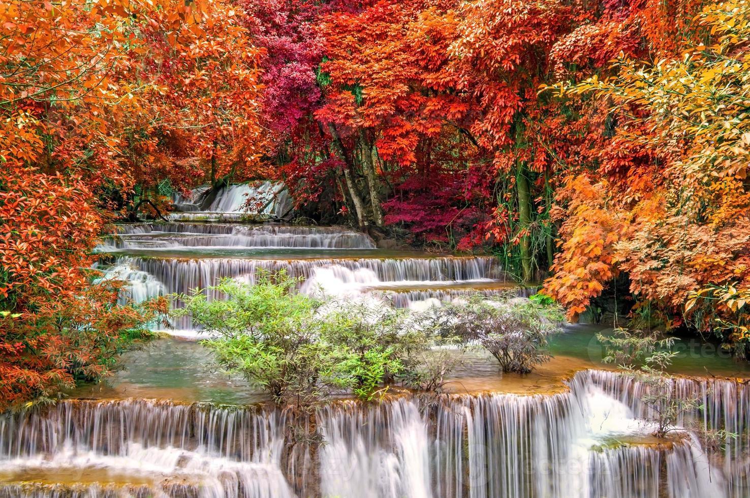 cachoeira na selva profunda floresta tropical no parque nacional, foto
