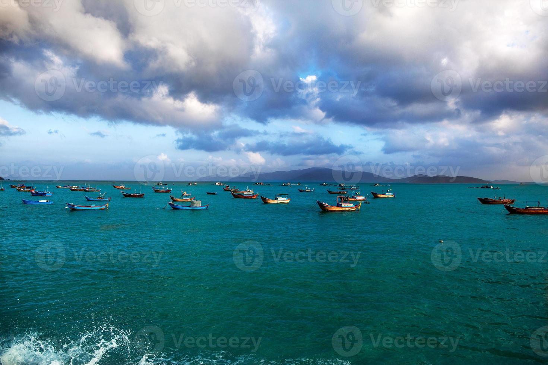 barcos de pesca no mar, um fundo de montanhas foto