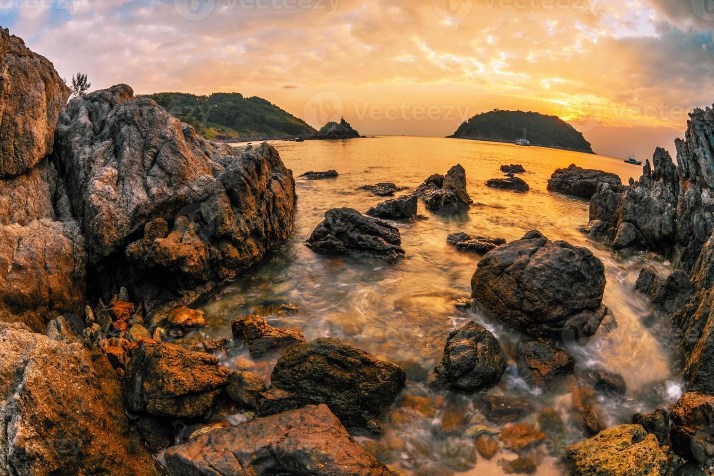 praia tropical ao pôr do sol. foto