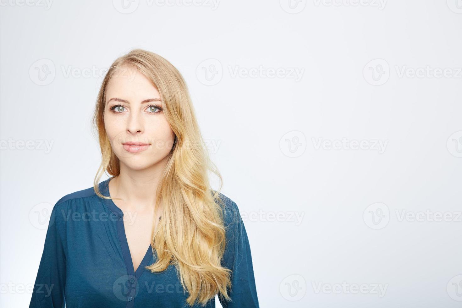 retrato de mulher feliz e sorridente com os braços cruzados foto