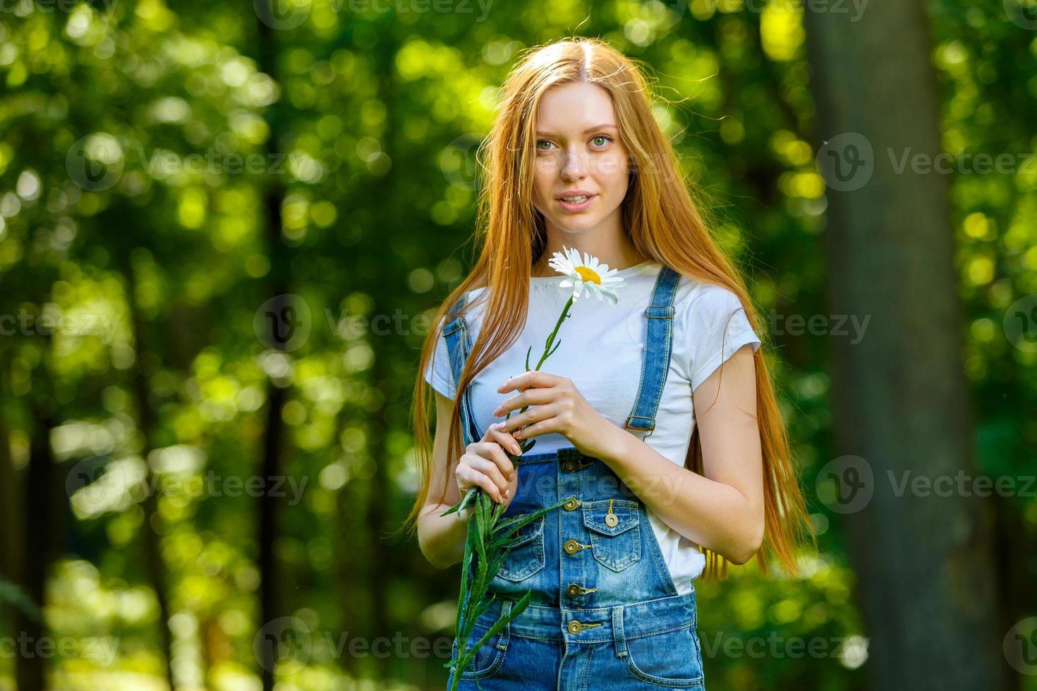 bela jovem ruiva sorridente foto