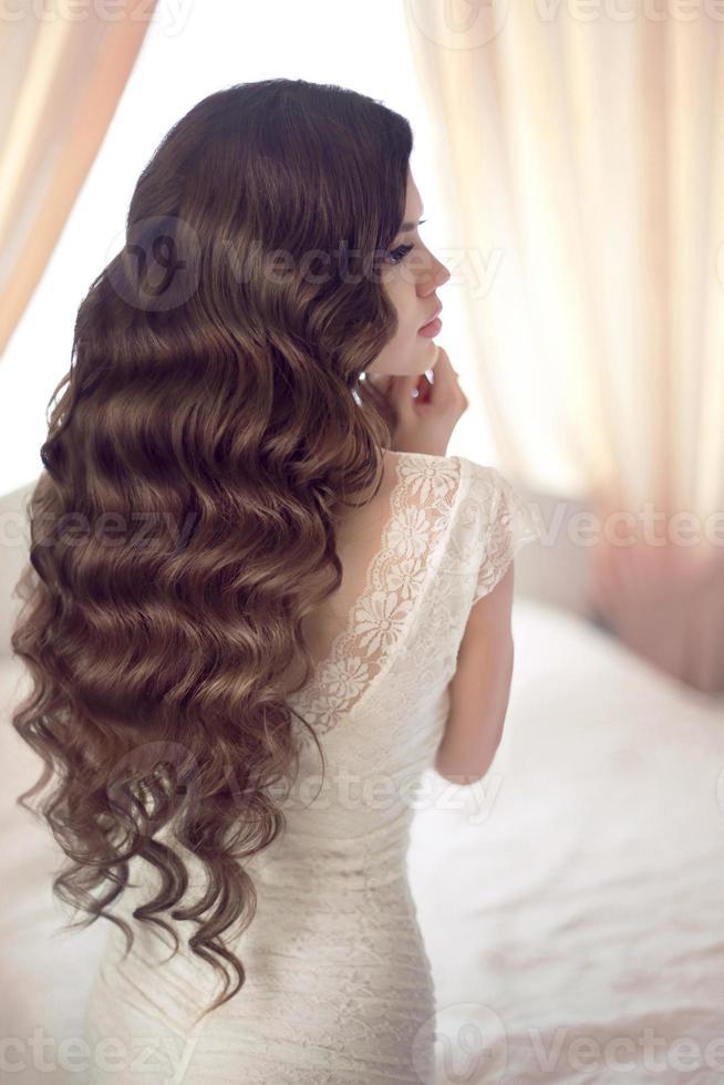 Noiva linda morena com cabelo ondulado longo e saudável foto