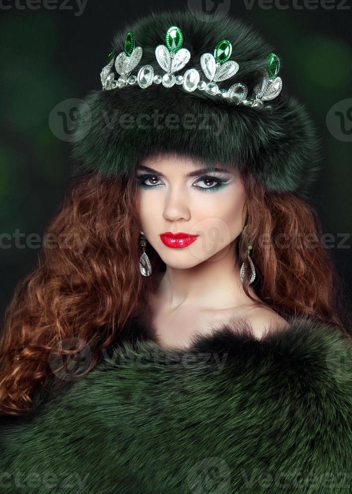 linda mulher morena com casaco de pele de vison. joalheria. moda foto