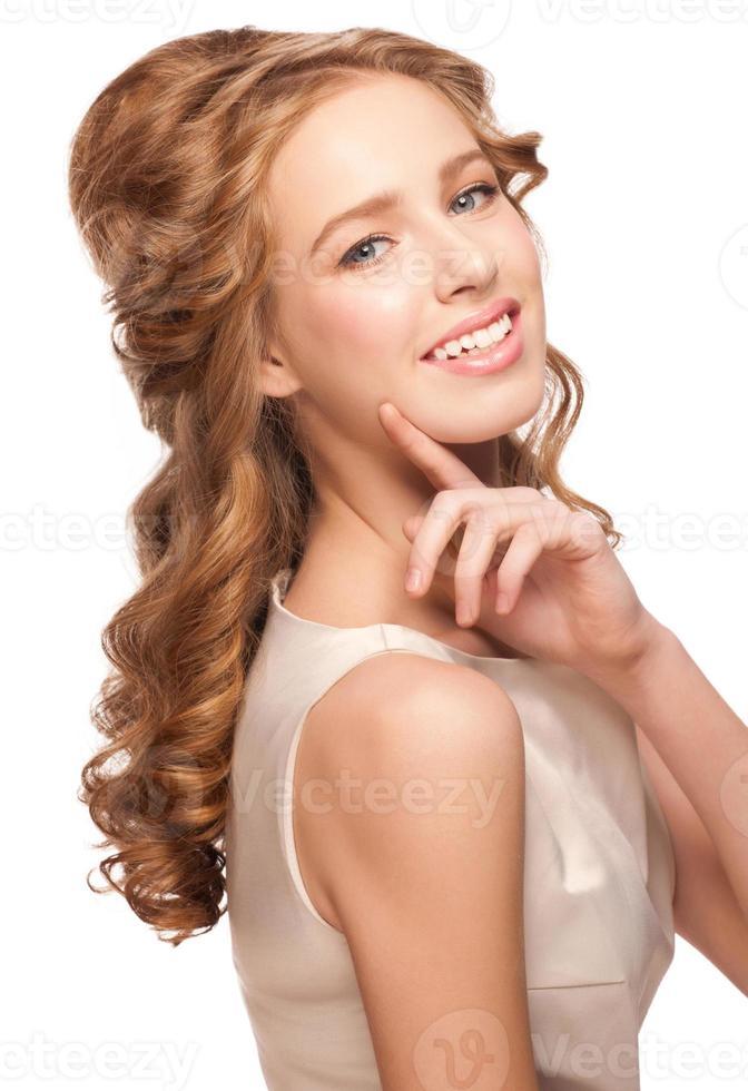 mulher com penteado lindo foto