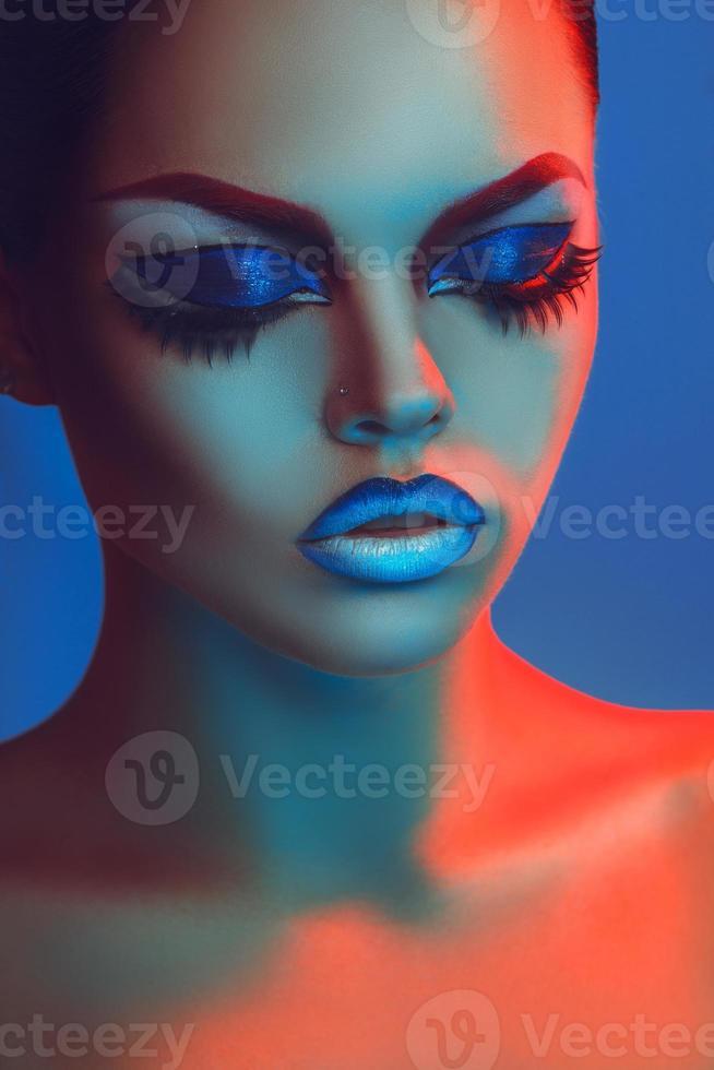 retrato sensual de mulher linda com olhos fechados e maquiagem foto