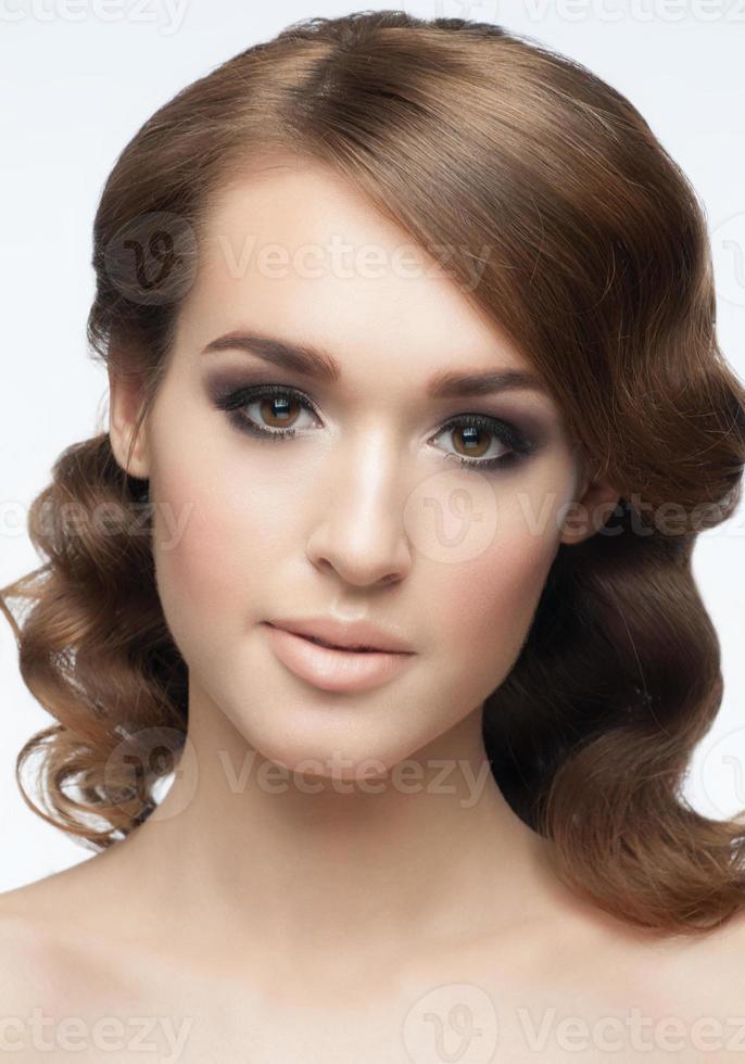 menina com maquiagem e penteado foto