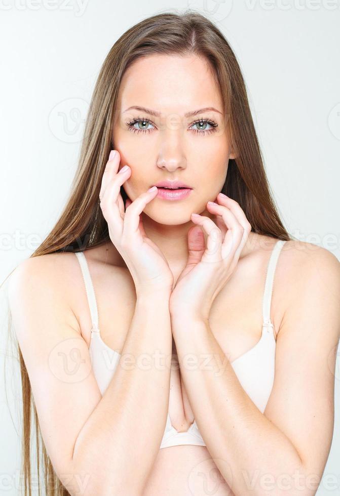 mulher bonita com cabelo comprido saudável foto