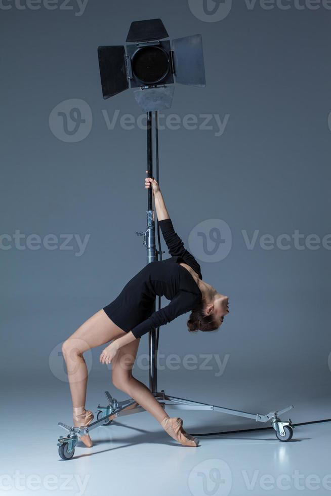 a linda bailarina posando em fundo azul dack foto