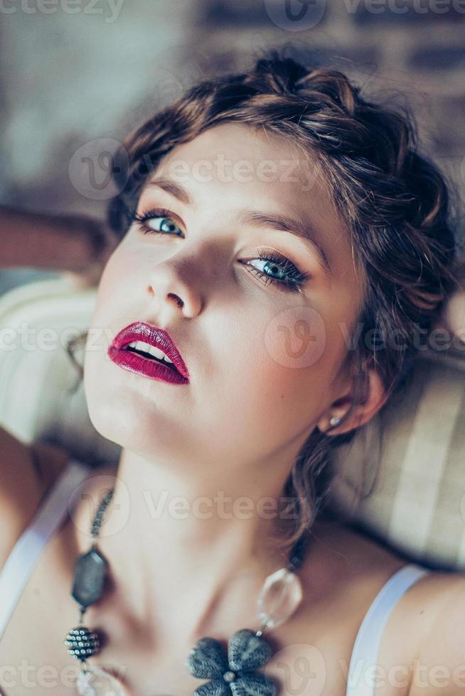 retrato da moda da jovem mulher foto