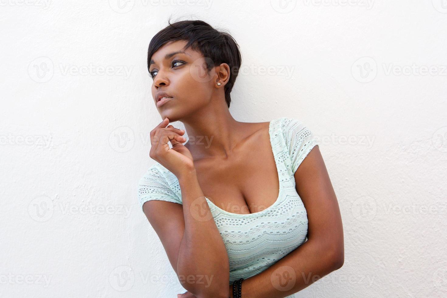 elegante mulher negra posando contra um fundo branco foto