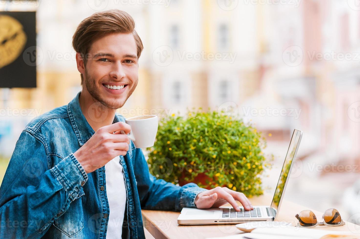 inspirador com uma xícara de café fresco. foto