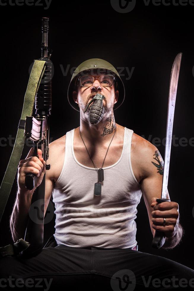 soldado segurando uma granada na boca, óculos, etiquetas de identificação, armas foto