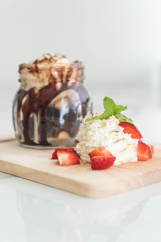 sobremesa de chocolate com chantilly foto