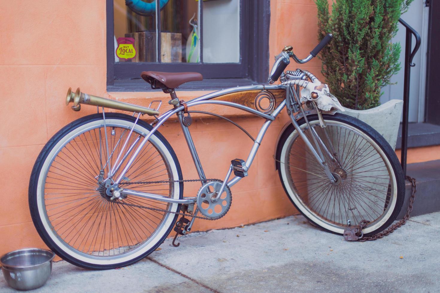 bicicleta branca ao lado do prédio laranja foto