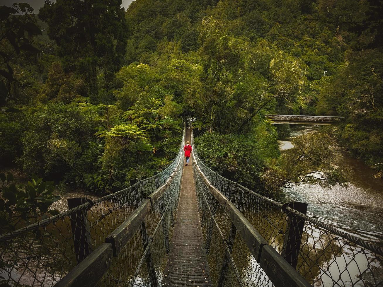 pessoa na ponte de pedestres foto
