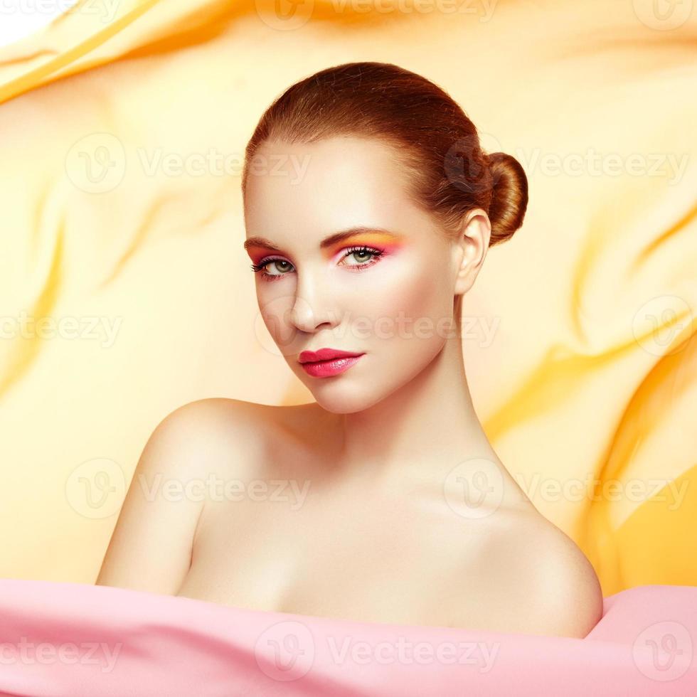 retrato de uma jovem mulher bonita contra tecido voador. beleza foto