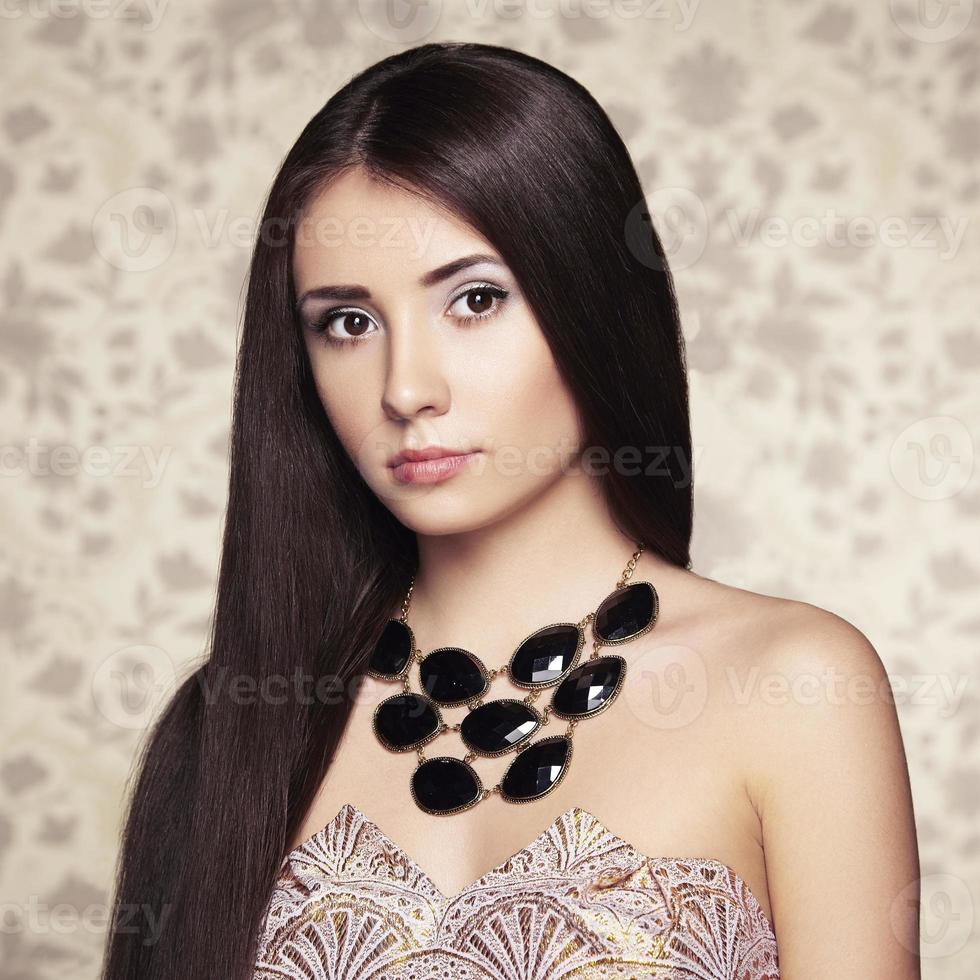 retrato de uma jovem mulher bonita com jóias foto