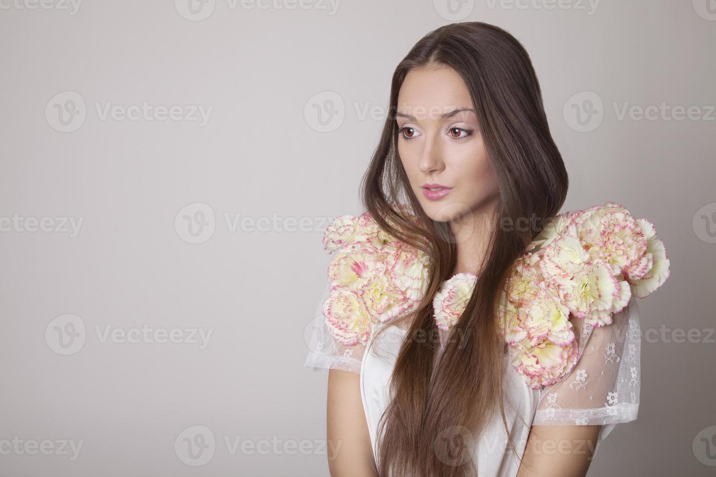 retrato da beleza de uma jovem morena, primavera. foto