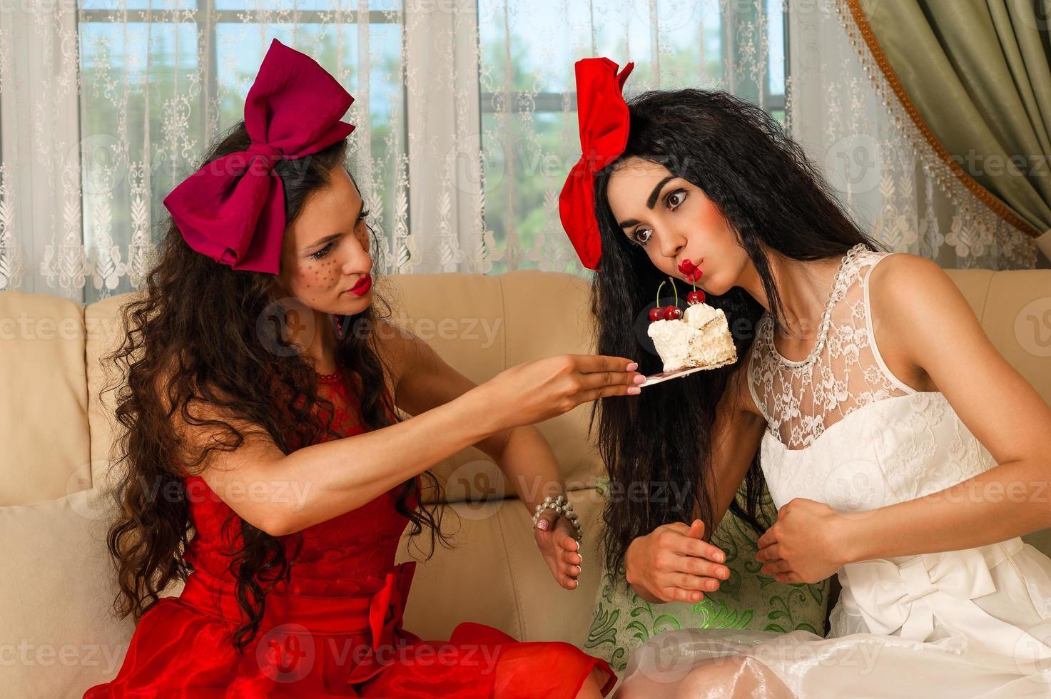 duas bonecas femininas para uma festa do chá foto
