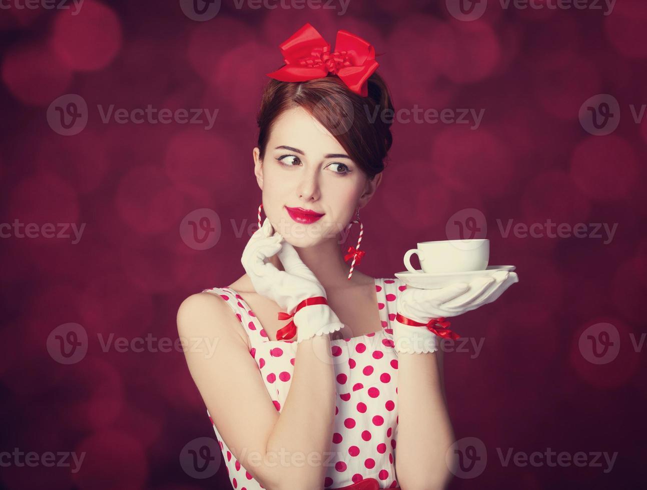 mulheres linda ruiva com uma xícara de chá. foto