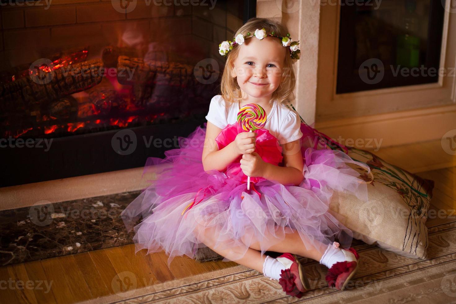 garota de saia rosa com pirulito foto