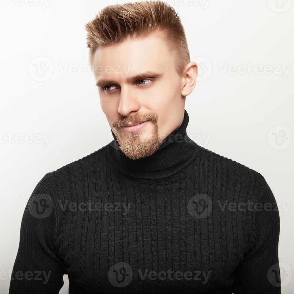 retrato de estúdio de jovem bonito numa camisola de malha casual. foto