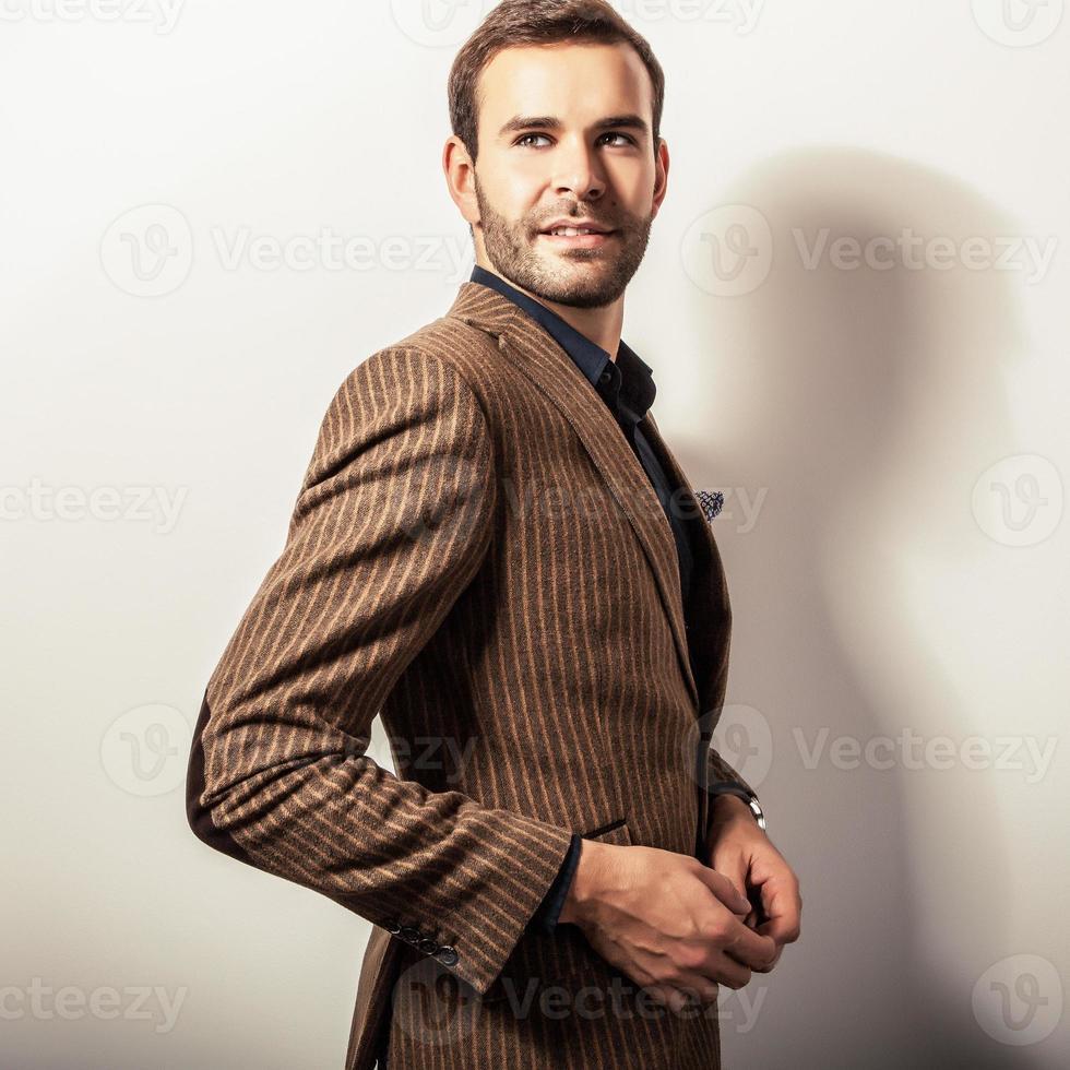 elegante jovem bonito em traje de luxo. retrato de estúdio moda. foto