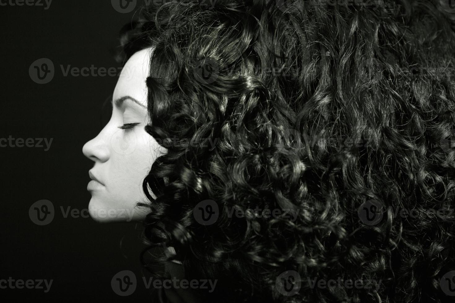 menina elegante com cabelo encaracolado foto