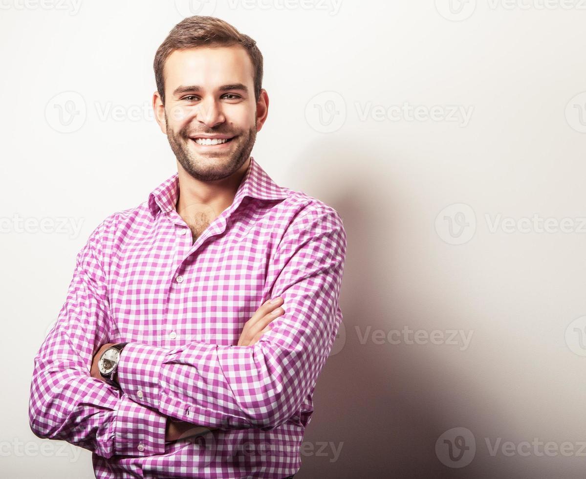 elegante jovem bonito com camisa colorida brilhante. foto