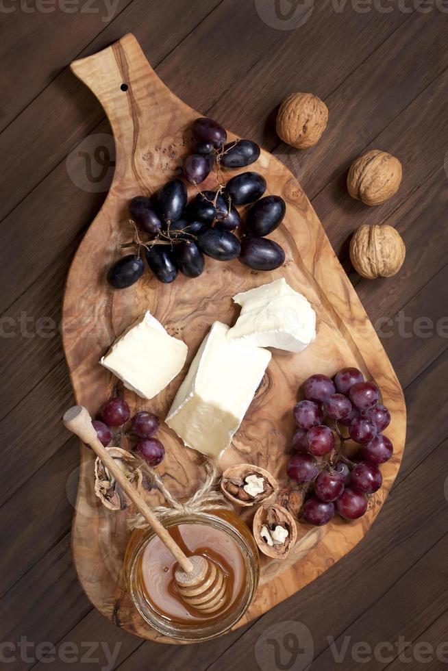 composição com uva, queijo e mel foto
