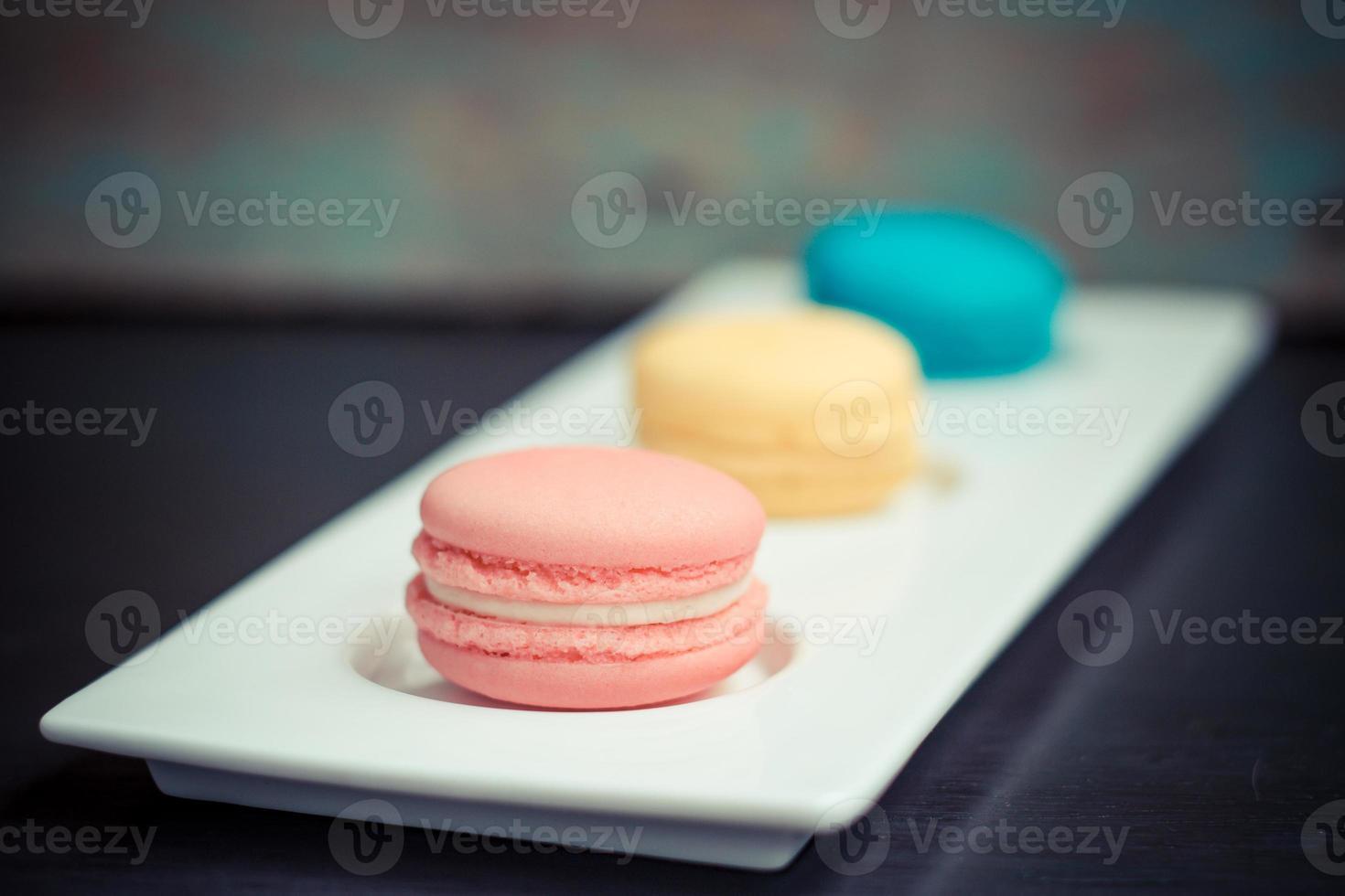 close de três biscoitos de macaroon francês foto