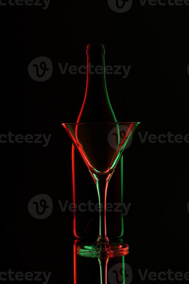 silhueta de garrafa e copo de vinho foto