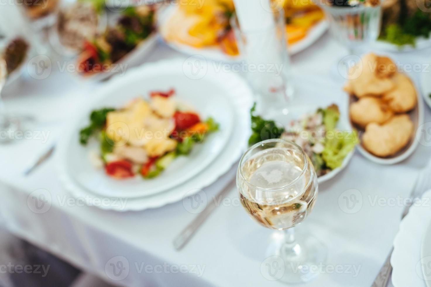 serviço de mesa de catering com talheres e taças de vidro em foto