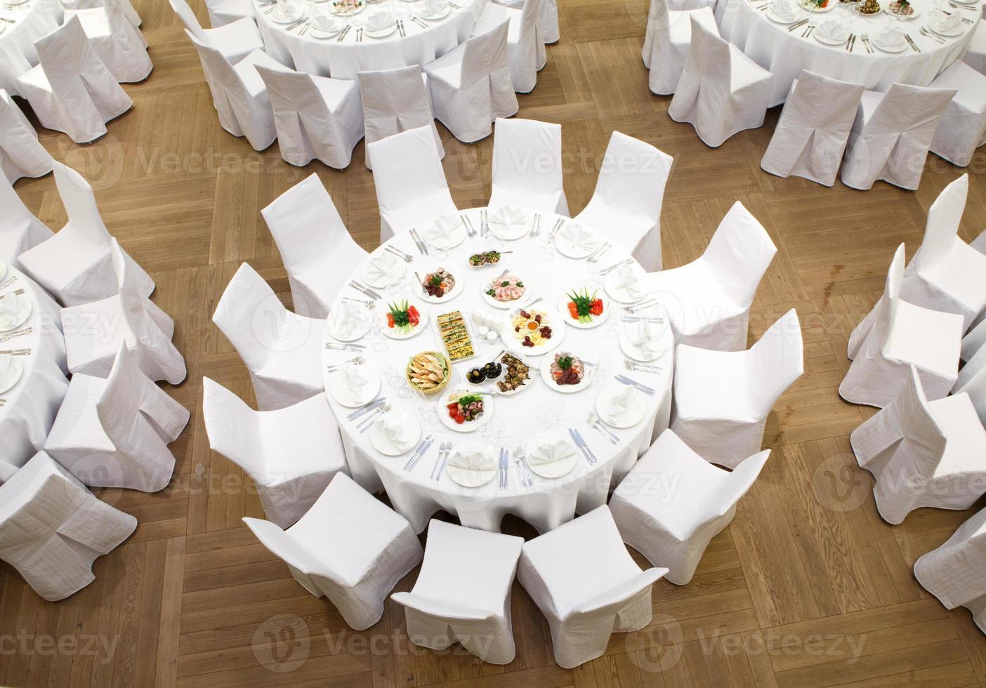 evento lindamente organizado - mesas de banquete servidas foto