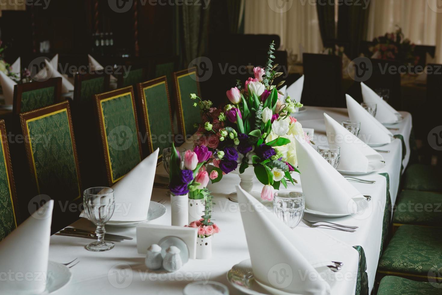 lindas flores na mesa foto
