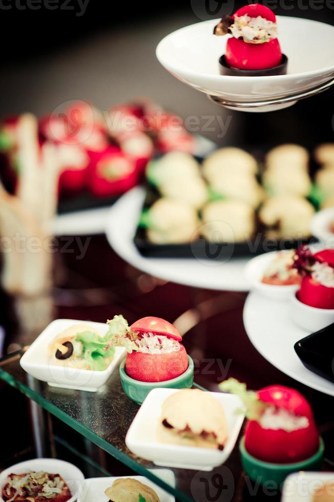 comida na mesa do casamento foto