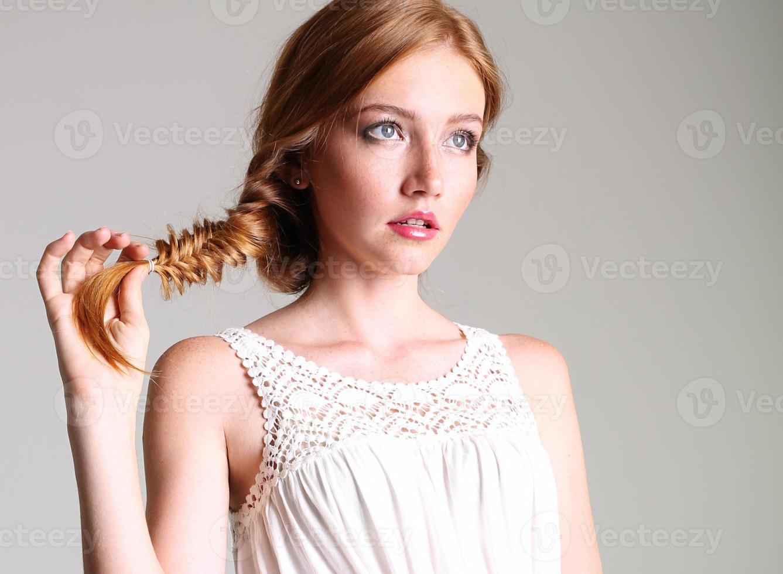 lindo retrato de menina bonita com cabelo ruivo e sardas foto