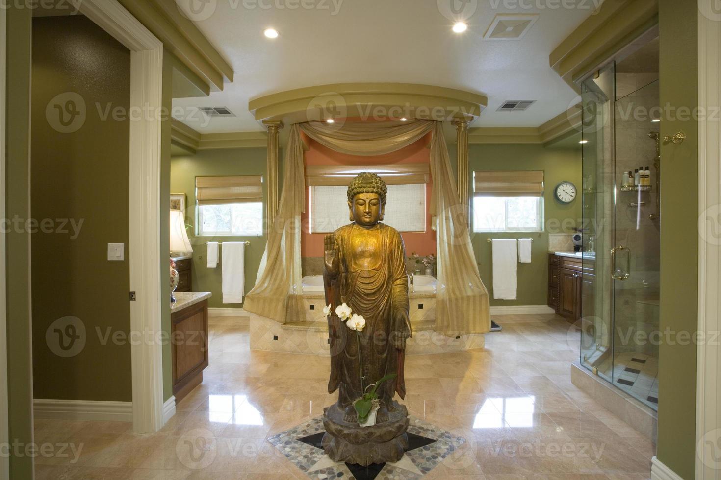 estátua de Buda em banheiro luxuoso foto