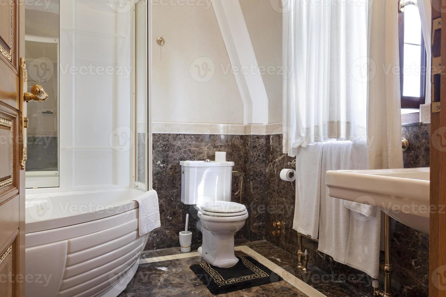 banheiro luxuoso com piso de mármore foto