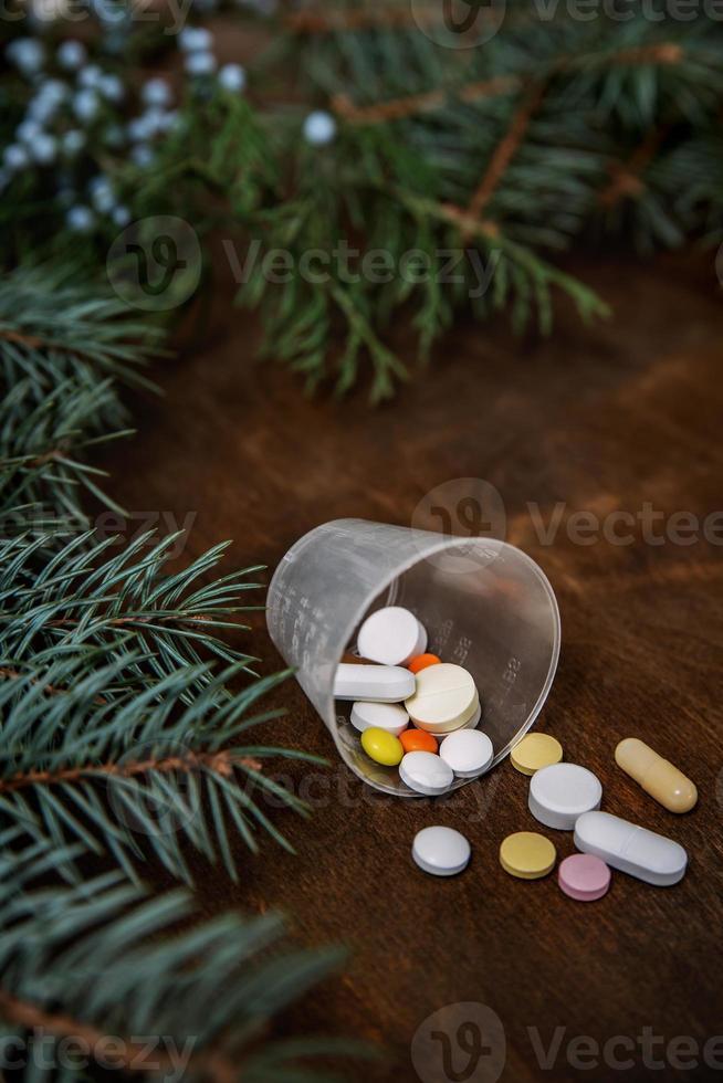 comprimidos, pílulas, vitaminas na composição de inverno. natal e ne foto