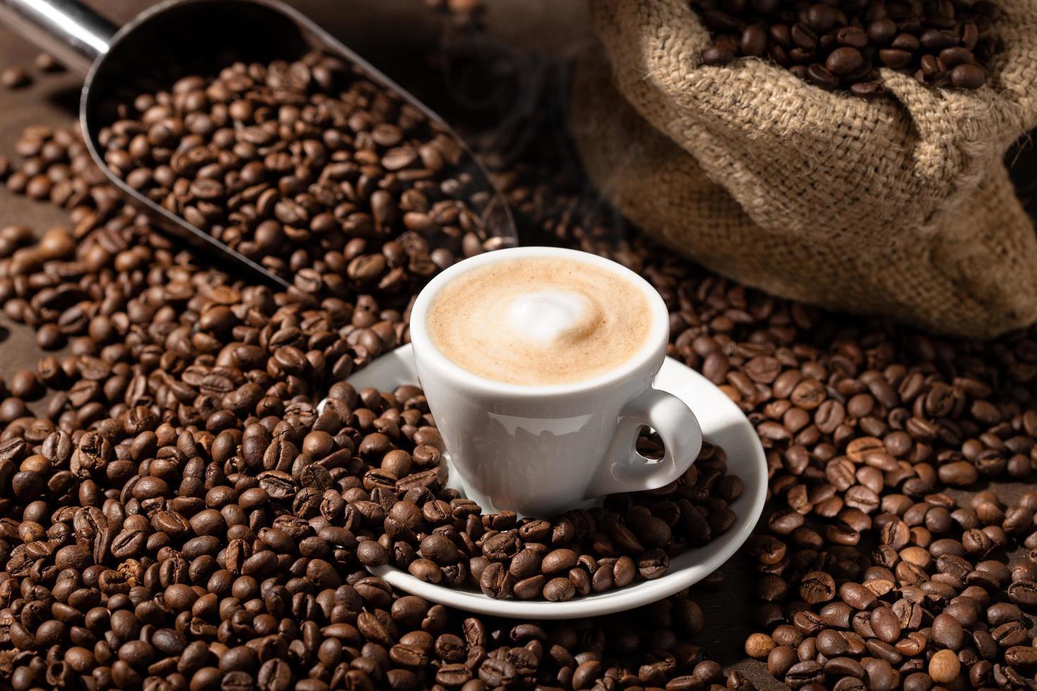 uma xícara de cappuccino ou café com leite foto