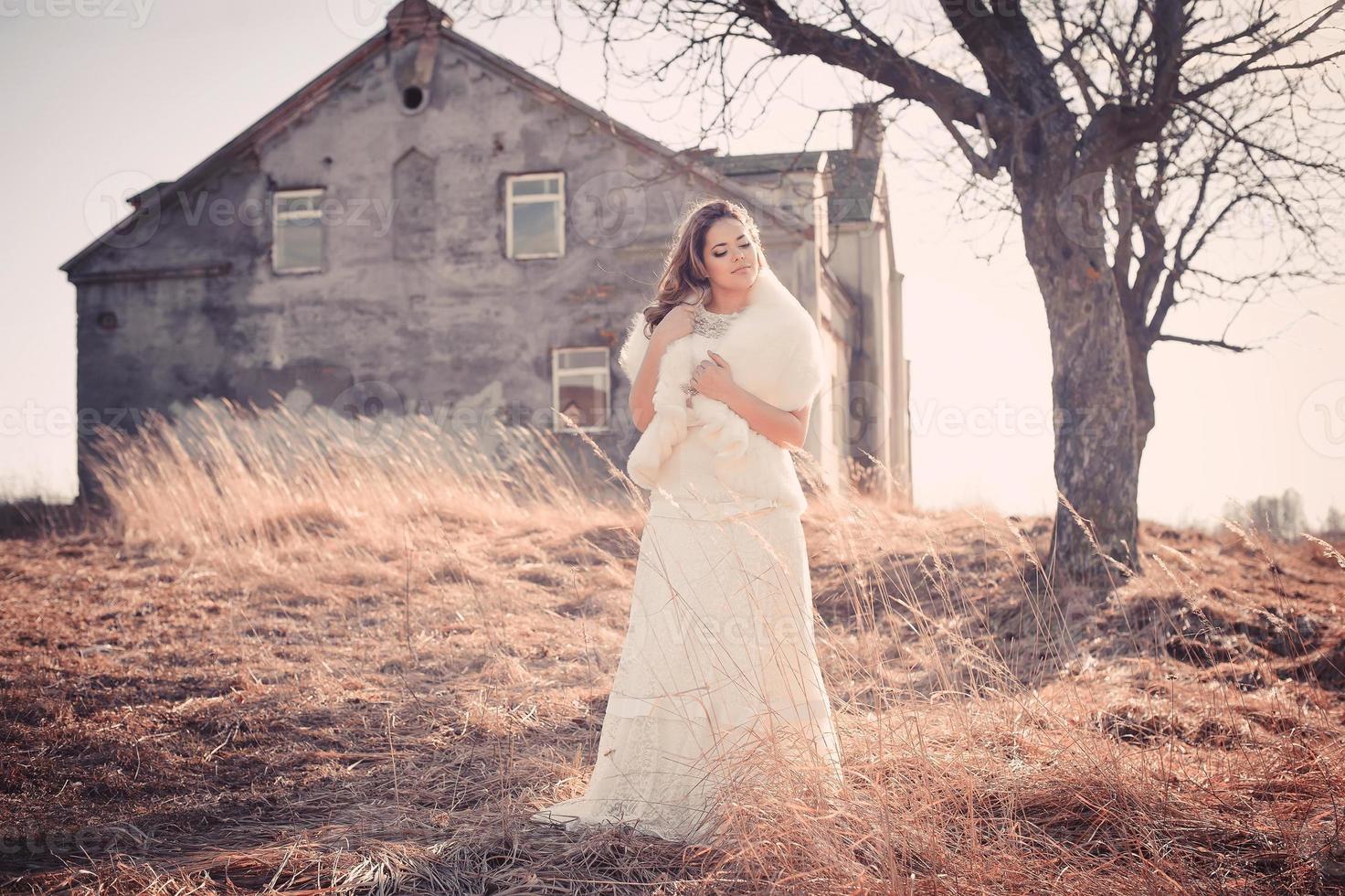linda noiva ao ar livre foto