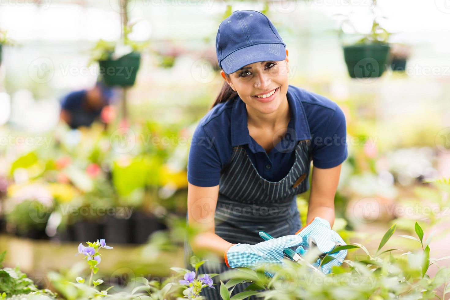 jovem trabalhador de viveiro de jardinagem foto